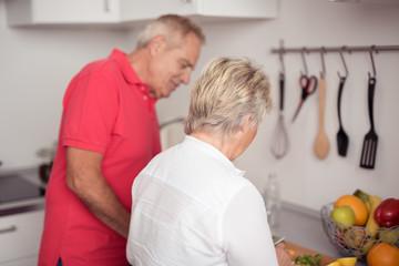 senioren kochen zusammen in der küche