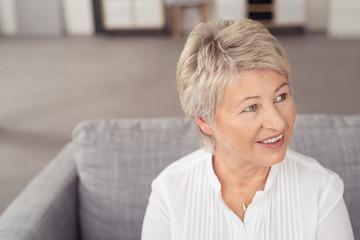 moderne ältere frau zuhause in ihrer wohnung