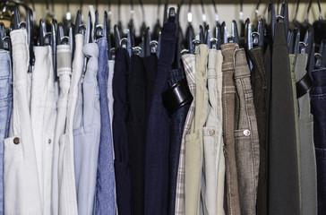 Hosen im Kleiderschrank