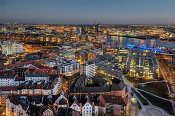 Dämmerung über der Elbmetropole Hamburg