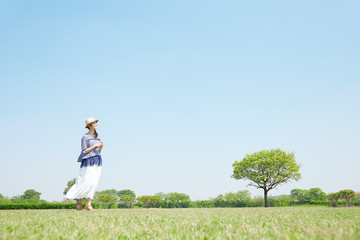 Wall Mural - 公園を散歩する女性
