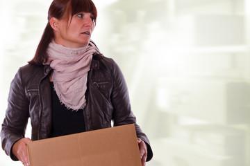 genervte Frau beim Kisten schleppen