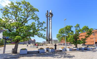 Obraz Gdańsk - Pomnik  stoczniowców zabitych w grudniu 1970 roku przez komunistyczne władze Polski, odsłonięty 16.12.1980 roku w dziesiątą rocznicę tych wydarzeń przed bramą stoczni. - fototapety do salonu