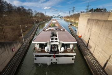 Kanalschleuse Binnenkreuzfahrschiff Main-Donau-Kanal