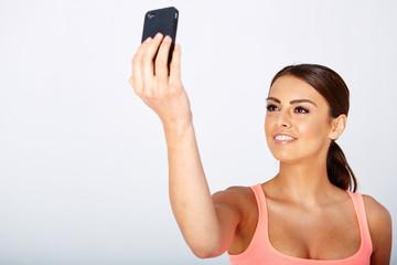 junge frau macht sich ein selfie
