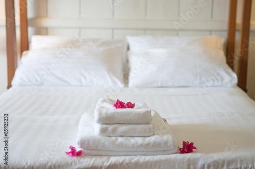 frische handt cher im hotel geschm ckt mit bl ten stockfotos und lizenzfreie bilder auf. Black Bedroom Furniture Sets. Home Design Ideas