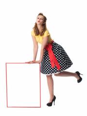 Frau im Rockabilly Kleid mit Werbeschild