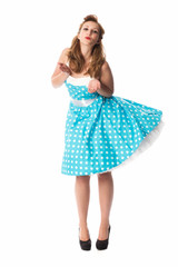 Frau im Sommerkleid gibt einen Luftkuss