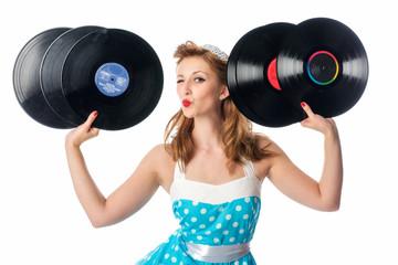 Pinup Girl mit Schallplatten macht Luftkuss