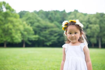 花の髪飾りを着けた少女