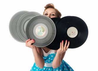 Mädchen schaut hinter Schallplatten hervor