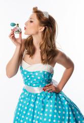 Frau küsst ihren Parfümzerstäuber