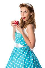 Pinup Girl hält Kaffeetasse