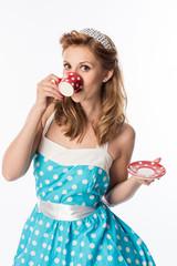 Frau im Sommerkleid trinkt Kaffee