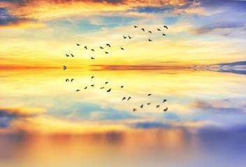 reflejos de las nubes en el mar calmado
