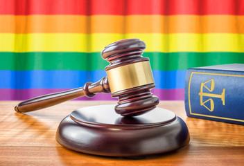 Richterhammer und Gesetzbuch - Regenbogenfahne