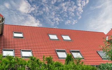 Dach mit rote dachpfannen und Dachfenster