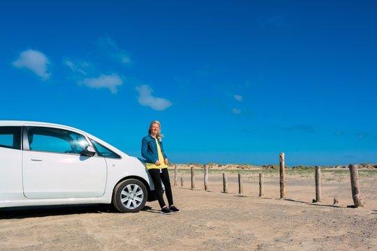 Frau mit dem Auto auf der Insel