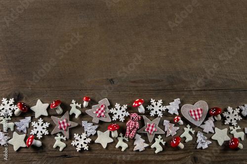 weihnachtlicher rahmen aus holz mit dekoration in rot. Black Bedroom Furniture Sets. Home Design Ideas