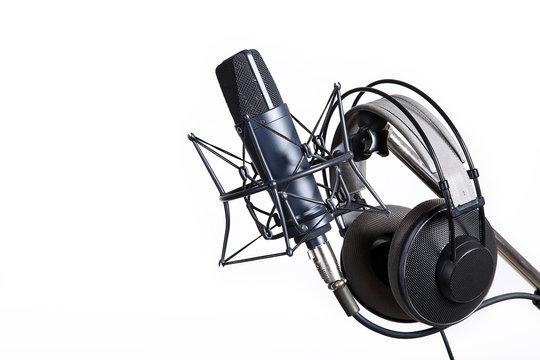 Professionelles Mikrofon mit Spinne und Kopfhörer
