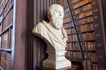 Fototapete - Socrates statue in a library