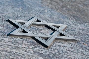 croix juive sur monument funéraire