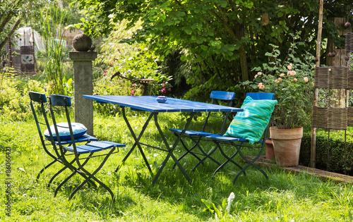 gem tliche sitzecke im garten mit blauen gartenm beln stockfotos und lizenzfreie bilder auf. Black Bedroom Furniture Sets. Home Design Ideas