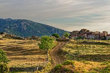 Landschaft und Dorf San Antonino auf Korsika