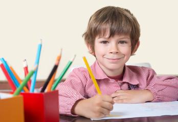 niño escolar mirando