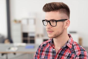 moderner junger mann mit Brille im büro