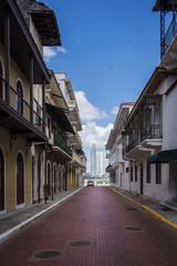 Blick durch eine Altstadtgasse auf die Neustadt in Panama Stadt