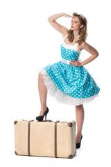 Pinup Girl mit Koffer hält Ausschau
