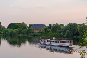Havelschiff vor Villa