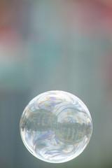 Leichte und helle Seifenblase als Grußkarte zum Opernball oder sommerlichen, feierlichen Anlässen und Festivals. Hintergrundbild für fröhliche Stimmung.