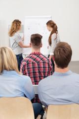 studenten halten einen vortrag