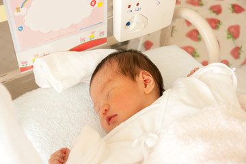 病室で眠る赤ちゃん