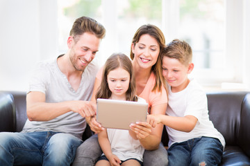 Familie zu hause benutzt tablet pc auf der Couch