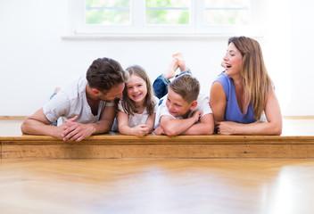 familie zu hause auf dem boden