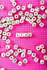 アルファベットの文字 LIFE ピンクの背景