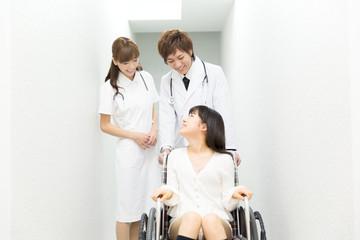医者と車椅子の患者