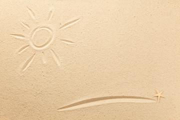 Sonne und Unterstrich in den Sand gezeichnet