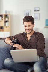 mann mit fotokamera und laptop