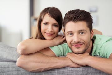 verliebtes junges paar in der wohnung