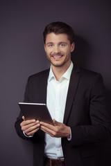 erfolgreicher manager mit tablet-pc