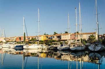 Spiegelung von Segelbooten im hafen von Cap d'Agde