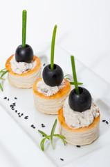 Pinchos de volovanes de queso y aceituna negra