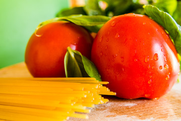 Tomaten mit  Basilikum und Spaghetti