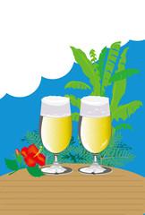 夏のグラスビールとハイビスカスの花