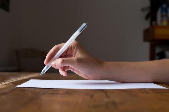La main prête à ecrire la conception ou la lettre de motivation