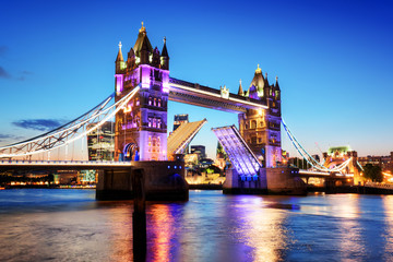 Fotomurales - Tower Bridge in London, the UK. Night lights at late sunset.